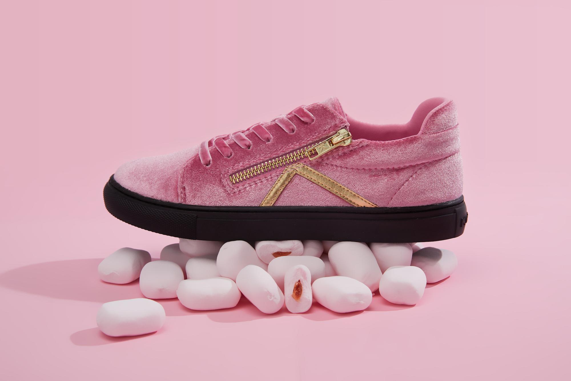 用「丝绒鞋」打开细分市场,KOKOLU 推出「无龄感」服饰系列