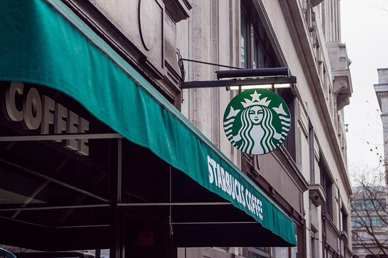 星巴克新门店,用旧火车站改造而成的咖啡厅